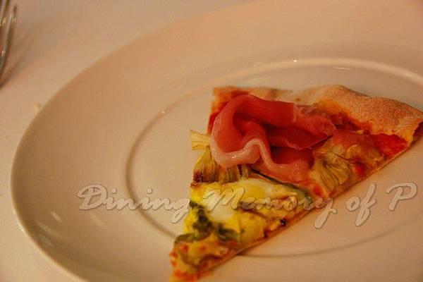 Aspasia -- 有著鵪鶉蛋、露筍、朝鮮薊、帕瑪火腿的美味薄餅