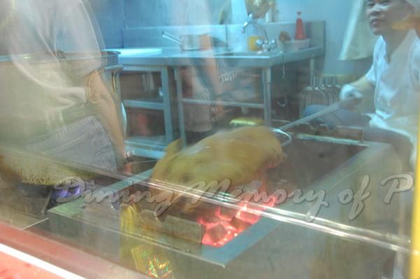 新斗記 -- 師傅正在烤乳豬耶!