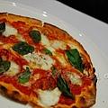 Maison -- 羅勒蕃茄莫扎雷拉起司薄餅