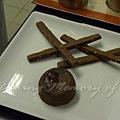 十二月 -- 把巧克力軟心蛋糕放到碟子上
