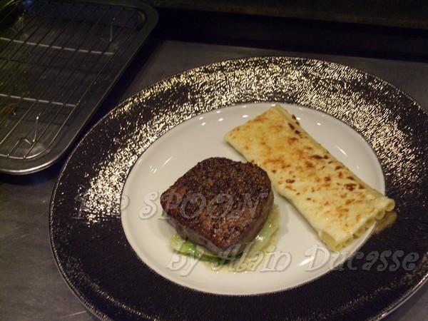 一月 -- 把牛排及烤通心麵盛盤
