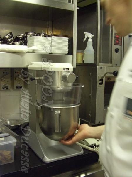 一月 -- 以攪拌機把蛋白 & 砂糖攪拌