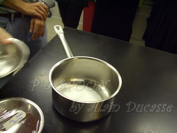 一月 -- 把砂糖倒到鍋子中