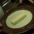 一月 -- 把栗子慕絲蛋糕盛盤