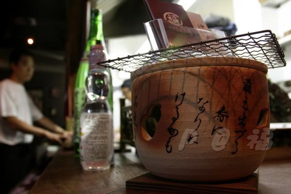 福 爐端燒と牡蠣処 -- 純裝飾用的小烤爐