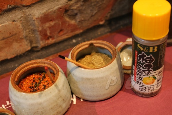 福 爐端燒と牡蠣処 -- 調味料:七味、山椒、柚子胡椒