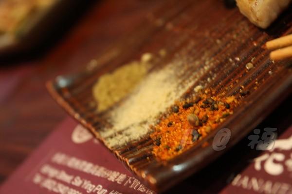 福 爐端燒と牡蠣処 -- 調味料:七味、柚子胡椒、山椒