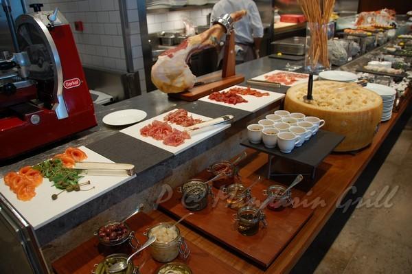Mandarin Grill & Bar -- 燻鮭、風肉、起司取餐區