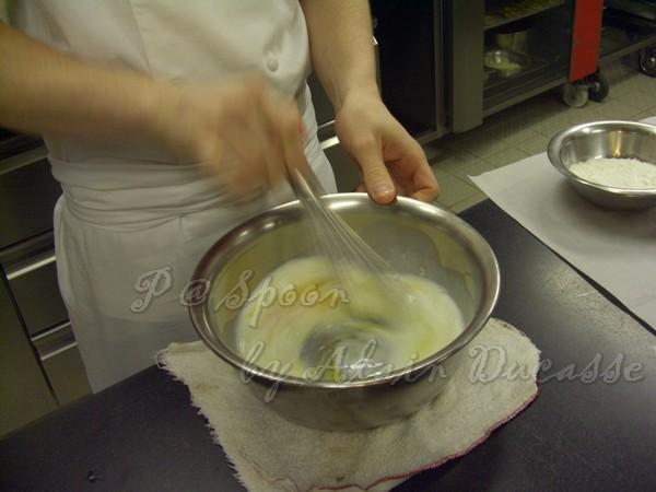 三月 -- 把牛奶 & 雞蛋拌勻 (1)