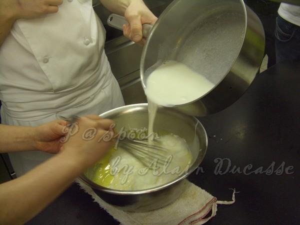 三月 -- 把煮開的牛奶加到蛋黃麵糊中