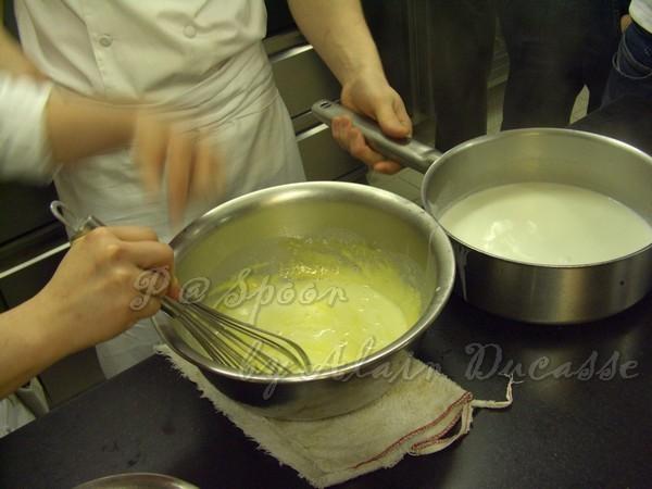 三月 -- 把煮開的牛奶拌進蛋黃麵糊中