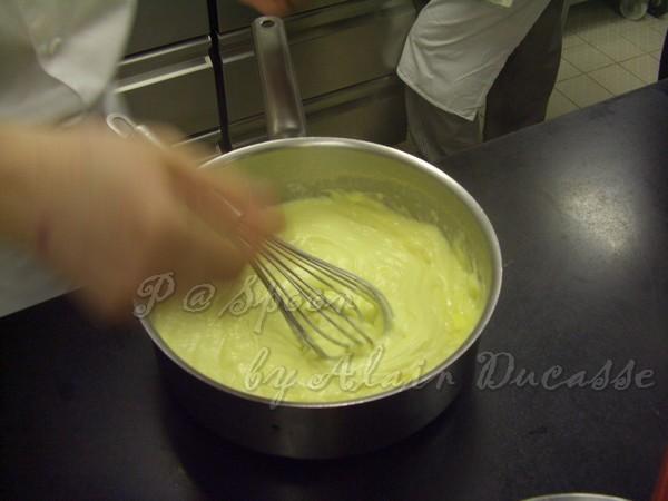三月 -- 把牛奶蛋糊拌煮至稠狀