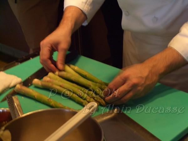 四月 -- 把青蘆筍排放在砧板上