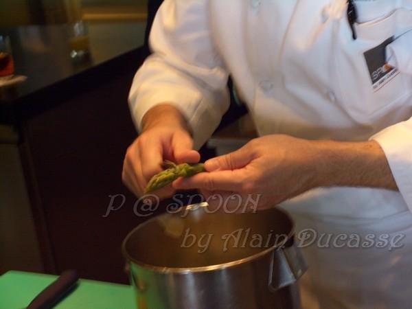 四月 -- 把青蘆筍尖上的小硬瓣除去