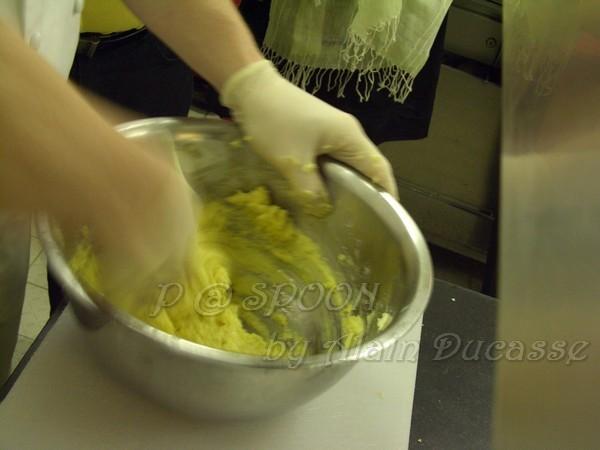 四月 -- 把雞蛋拌進麵糰中