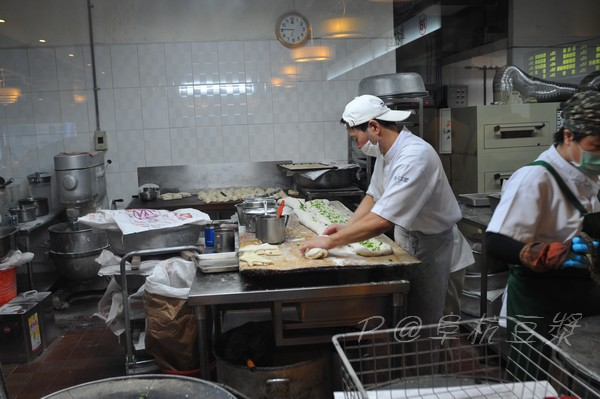 阜杭豆漿 - 揉麵中
