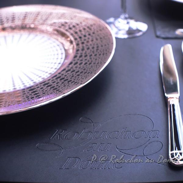 Robuchon au Dôme - 烙有店名的真皮餐墊