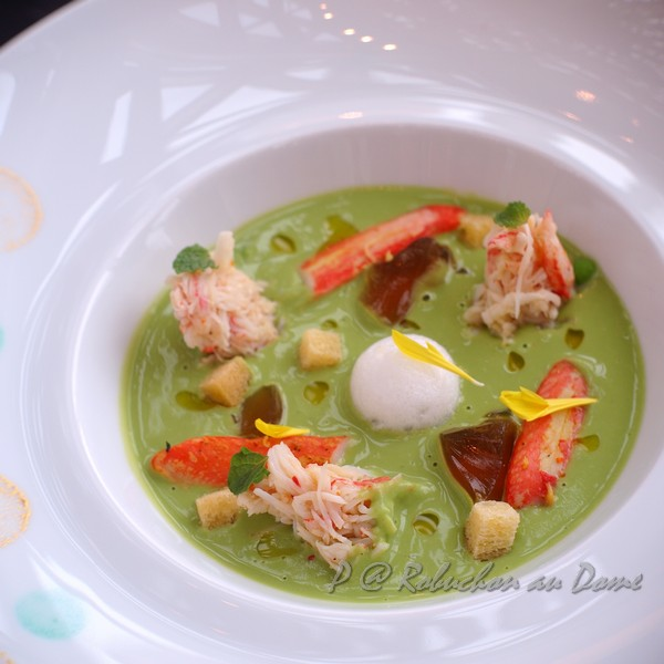 Robuchon au Dôme - 鮮蟹肉伴海鮮凍及薄荷青豆香露 (Crab Meat in Chilled Cream of Peas with a hint of Mint, served with Sesame Seed Fritter)