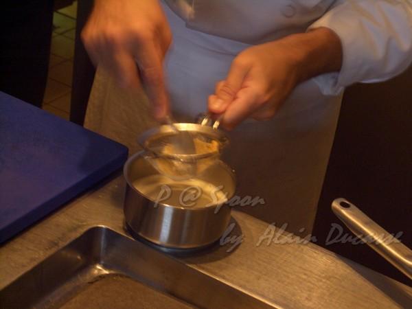 五月 -- 把昆布奶油醬汁過濾 (2)