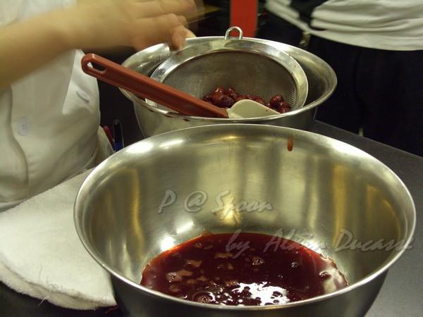 五月 -- 把草莓汁過濾 (2)