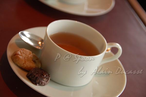 五月 -- 大吉嶺茶配小餅乾