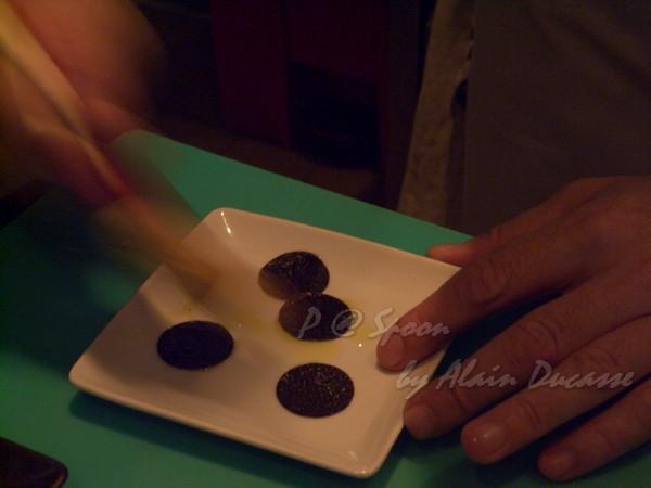 六月 -- 在黑松露上刷上橄欖油