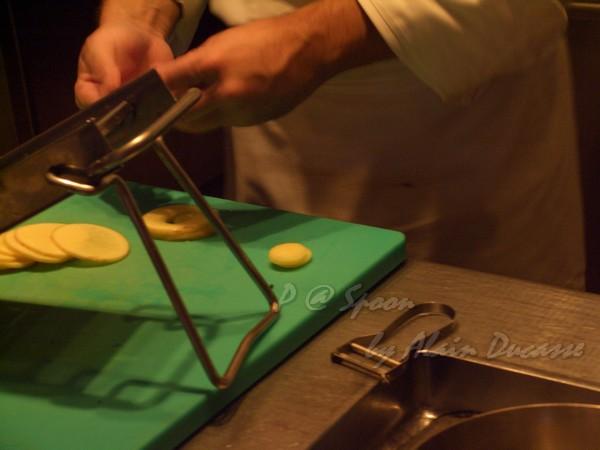 六月 -- 把馬鈴薯薄片切成小圓片狀