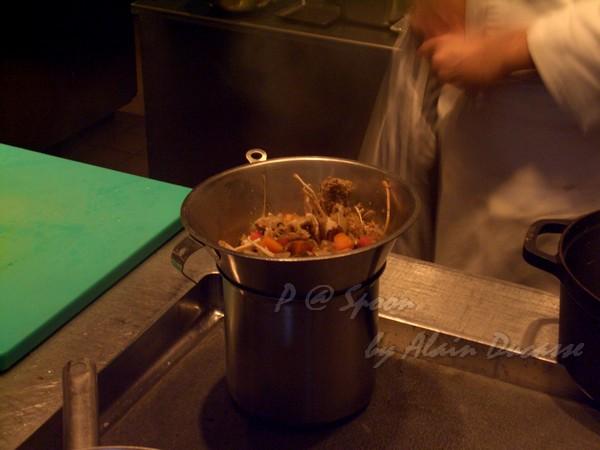 六月 -- 把小螯蝦高湯過滤 (2)