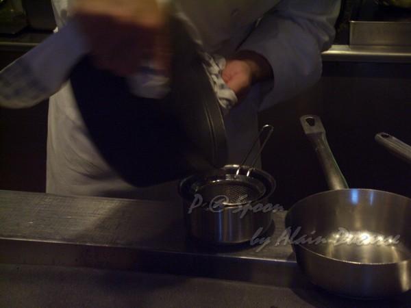 六月 -- 把小螯蝦醬汁過滤 (1)