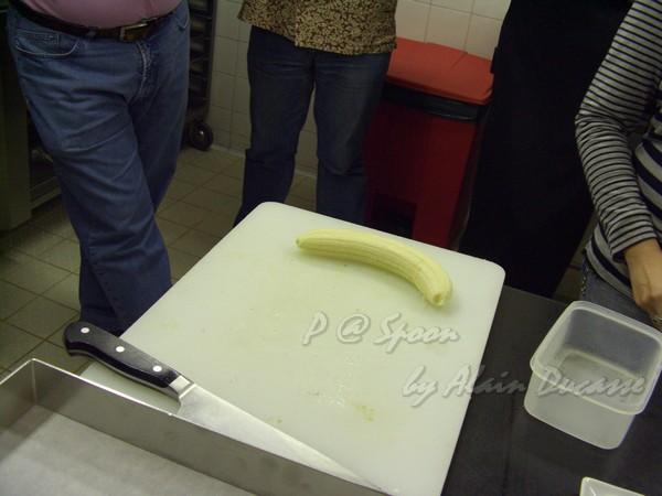 六月 -- 去皮後的香蕉