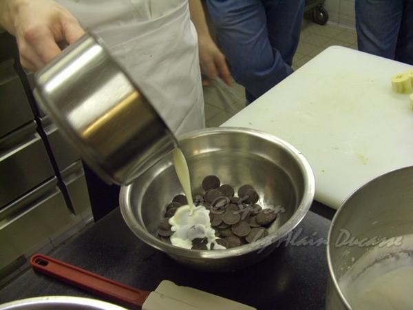 六月 -- 把熱鮮奶油倒進巧克力中