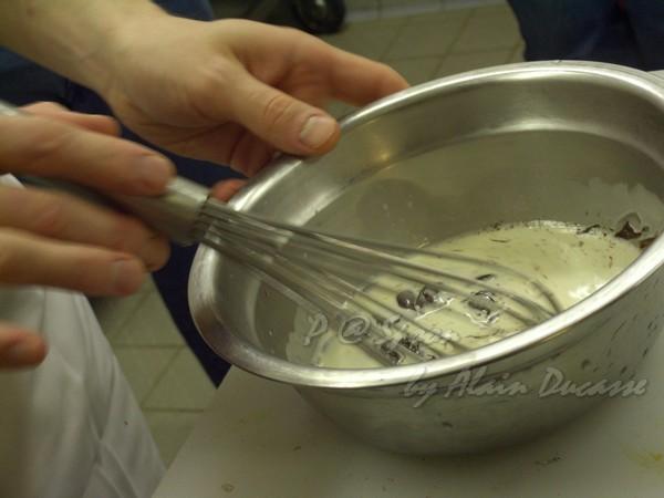 六月 -- 把鮮奶油與巧克力拌勻 (1)