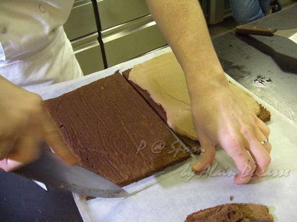 六月 -- 把另一片蛋糕週邊的烤焗用紙切開