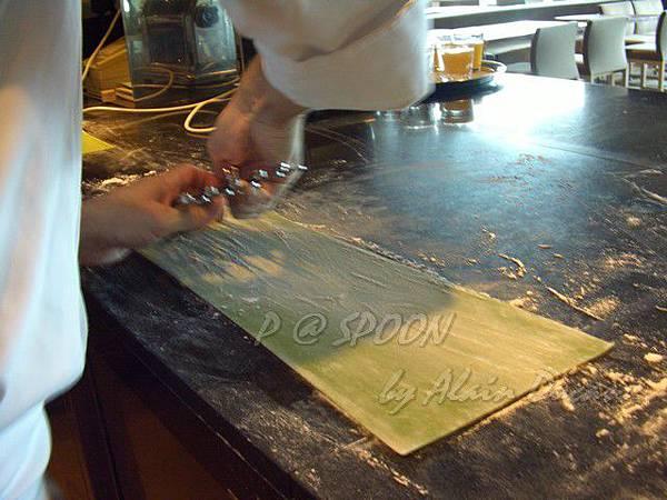 九月 -- 以切麵器切割麵條 (1)