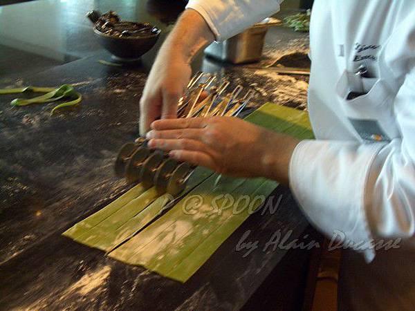 九月 -- 以切麵器切割麵條 (4)