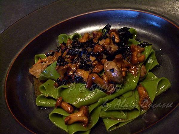 九月 -- 雞油菌 & 黑杏鮑菇燴雞肉菠菜寬麵