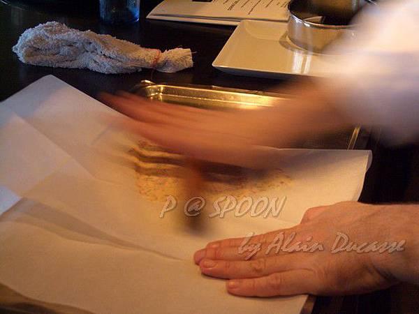 九月 -- 以烘焙紙包覆香料奶油然後輾平