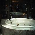 澳門十六浦索菲特大酒店 -- 某套房的巨型按摩浴池