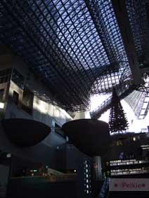 京都駅1F往上望的挑高空間