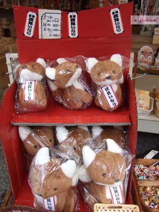 伏見稻荷神社旁賣伴手禮的狐狸玩偶