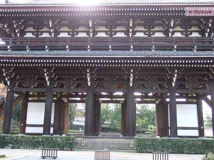 東福寺的三門。逆光