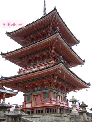 清水寺門口的三重塔。高度約31公尺,是日本現存規模最大的一座三重塔。昭和62年因解體而重新整修,塗上紅漆復原,屋簷下方以色彩艷麗的花紋裝飾