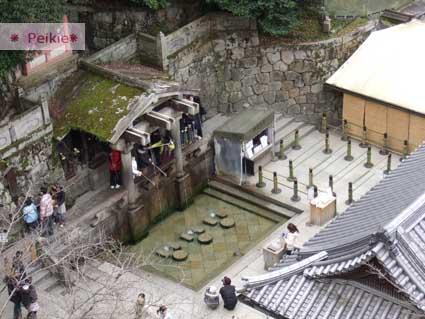 清水寺內。音羽の滝。瀑布名稱源自於寺號。三道從音羽山湧出的清泉,流至本堂東側的石階下方,可用木勺取一瓢清水飲用。