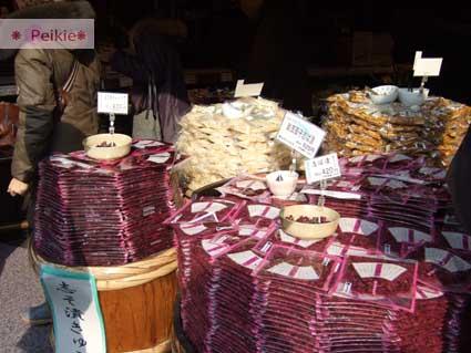 京都的漬物-排成一疊一疊,真的很壯觀,上面擺著各式各樣的漬物給客人自己試吃。