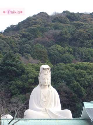 靈山觀音,為了追悼第二次世界大戰的戰亡者,高24公尺的白衣觀音於昭和30年開眼。觀音像內也有供奉守護十二生肖的佛像。