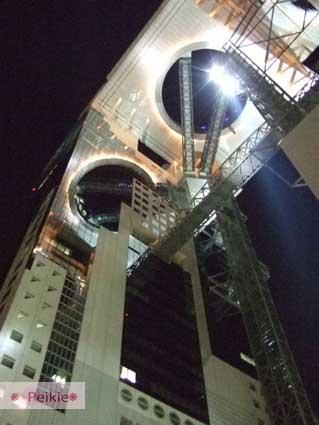 大阪-新梅田城,左邊圓圈圈是建築物倒影。因為它是一整片玻璃。所以其實只有右邊是真的一個圈圈