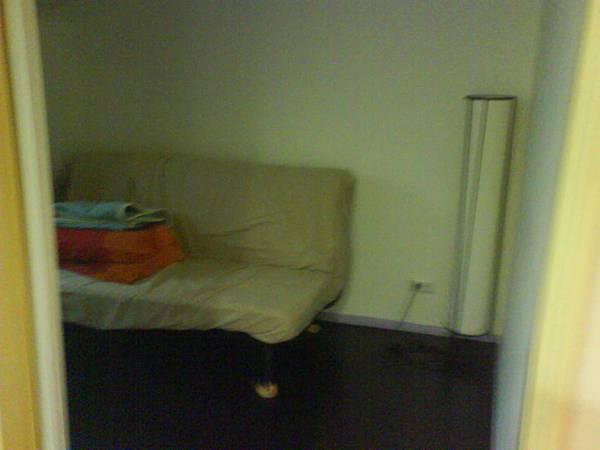 臥室,有沙發床及落地燈