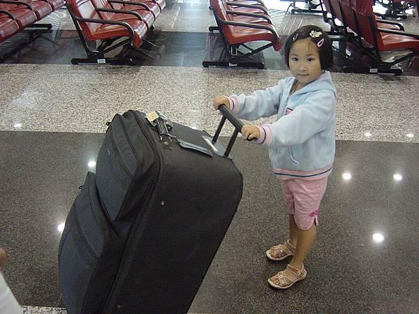 光妹推著大行李出場~將將~