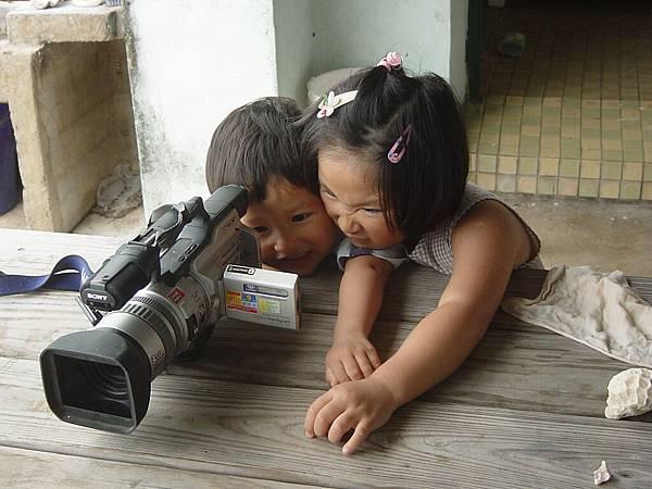 光妹與光棣-爭看影片的姐弟情深