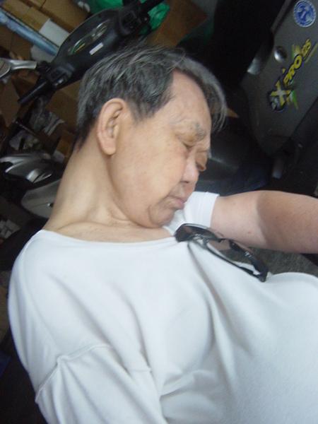 20060527阿公打瞌睡
